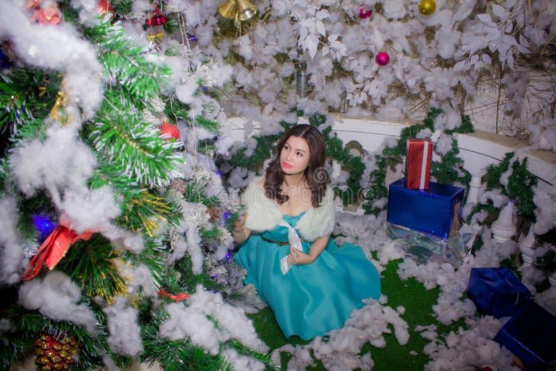 Retrato De La Mujer En Decoraciones De La Navidad Dominio Público Y Gratuito Cc0 Imagen