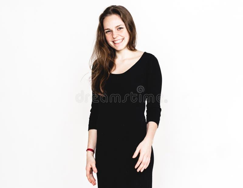 Retrato de la mujer en el estudio negro del vestido que presenta con atractivo largo del pelo aislado en blanco imagen de archivo