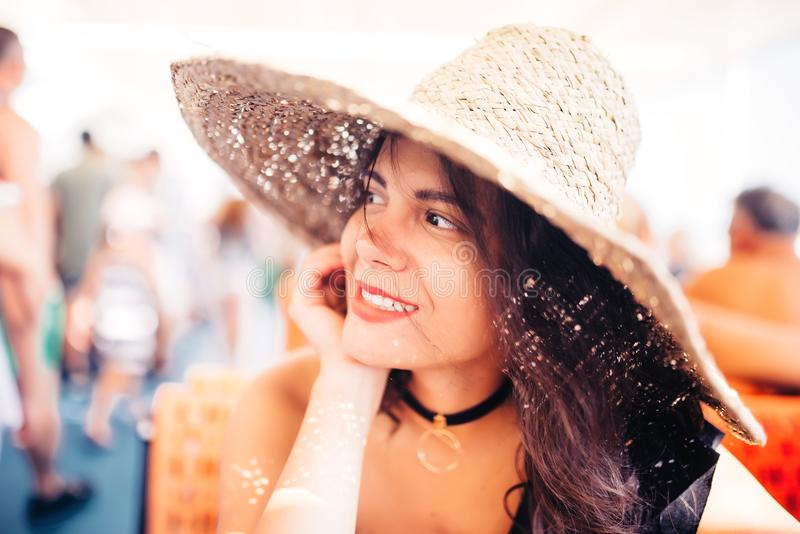 Retrato de la mujer en el sombrero de paja del barco que lleva Retrato de la mujer en travesía del yate fotos de archivo libres de regalías
