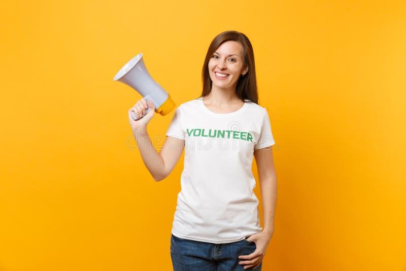 Retrato de la mujer en grito voluntario escrito camiseta blanca del título del verde de la inscripción en el megáfono de la megaf imagen de archivo