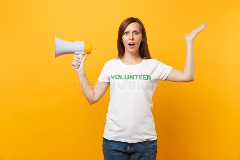 Retrato de la mujer en grito voluntario escrito camiseta blanca del título del verde de la inscripción en el megáfono de la megaf foto de archivo