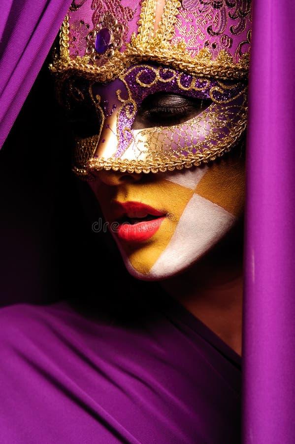 Retrato de la mujer en la máscara violeta foto de archivo