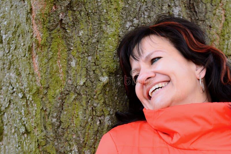 Retrato de la mujer en parque fotos de archivo libres de regalías