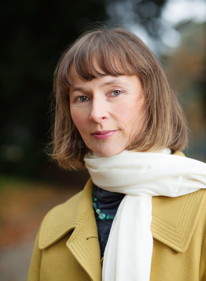 Retrato de la mujer en parque del otoño fotografía de archivo libre de regalías