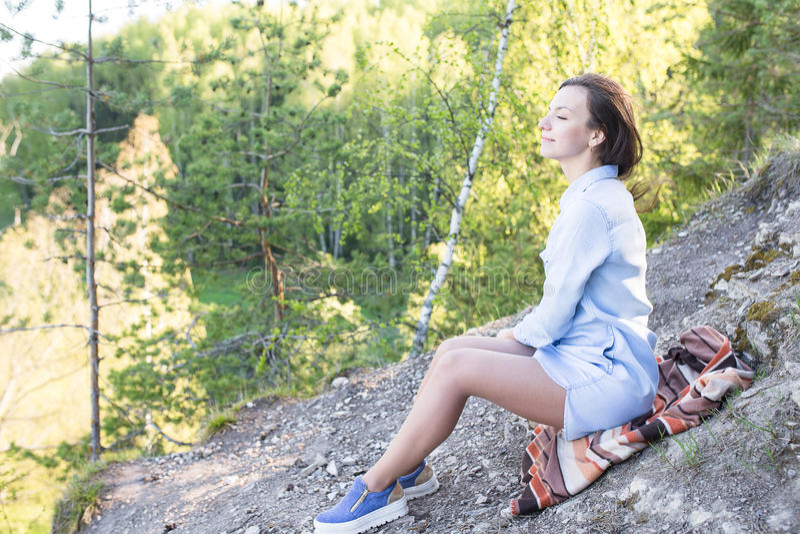 Retrato de la mujer en una roca foto de archivo libre de regalías
