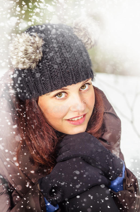 Retrato de la mujer encantadora en invierno al aire libre fotografía de archivo