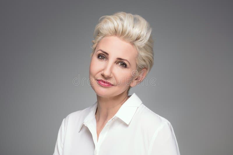 Retrato de la mujer envejecida centro rubio elegante fotografía de archivo