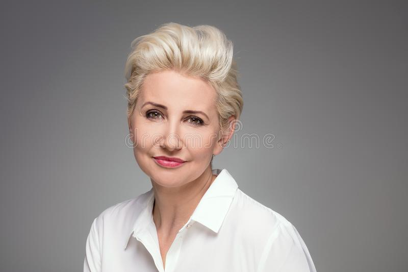 Retrato de la mujer envejecida centro rubio elegante imagenes de archivo
