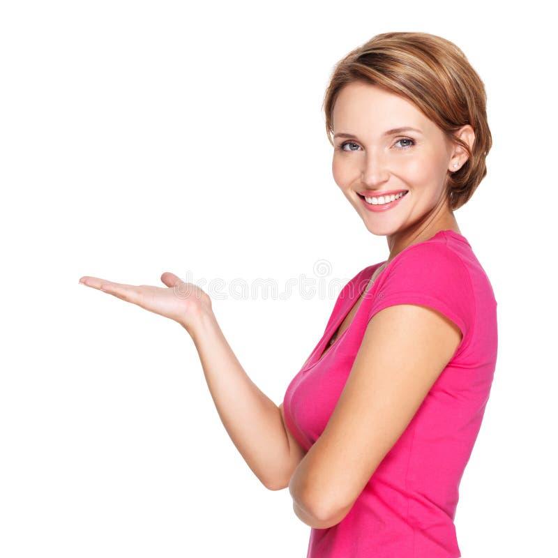 Retrato de la mujer feliz adulta con gesto de la presentación fotos de archivo libres de regalías