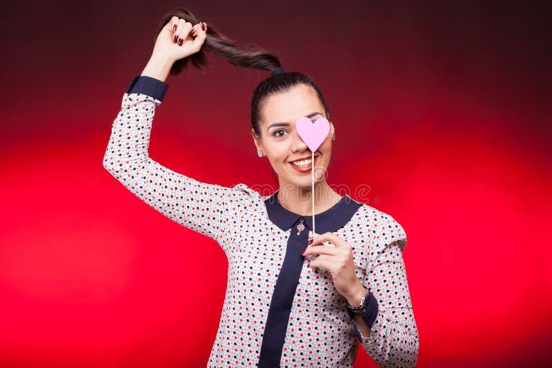 Retrato de la mujer feliz con un corazón rojo del papper a disposición imágenes de archivo libres de regalías