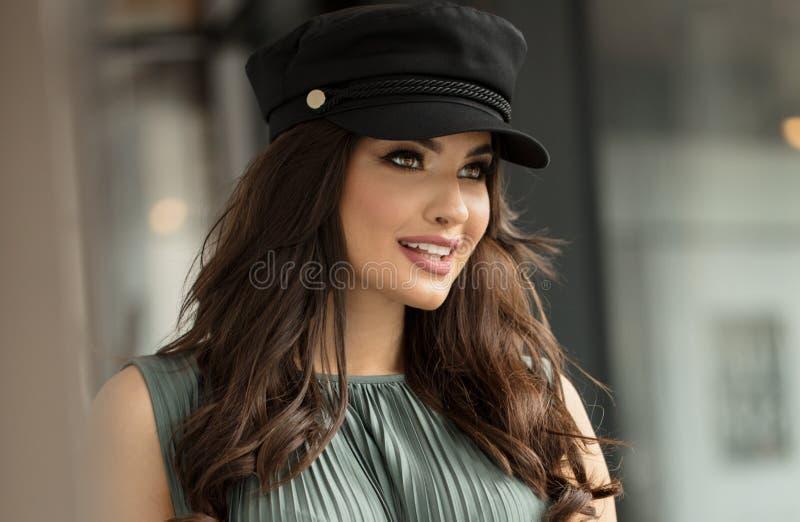 Retrato de la mujer feliz en sombrero franc?s del estilo foto de archivo libre de regalías