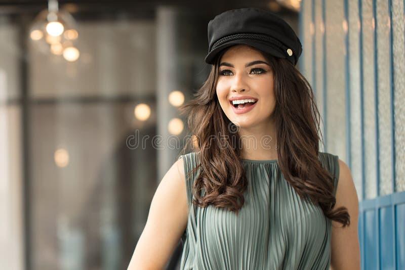 Retrato de la mujer feliz en sombrero franc?s del estilo imagen de archivo libre de regalías