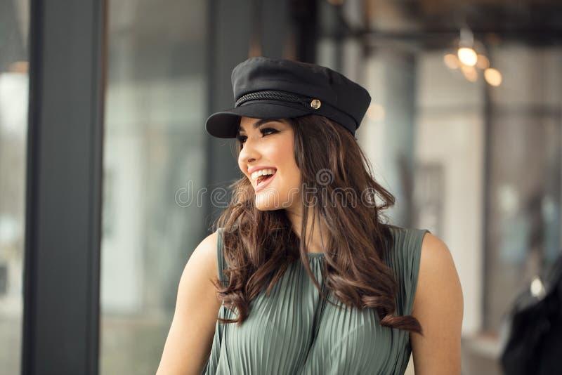 Retrato de la mujer feliz en sombrero franc?s del estilo fotografía de archivo libre de regalías