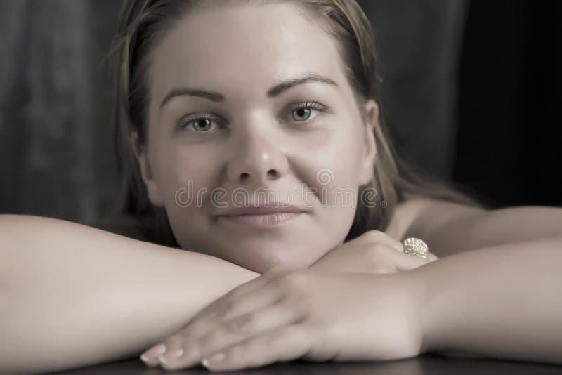 Retrato de la mujer femenina sonriente preciosa imagenes de archivo