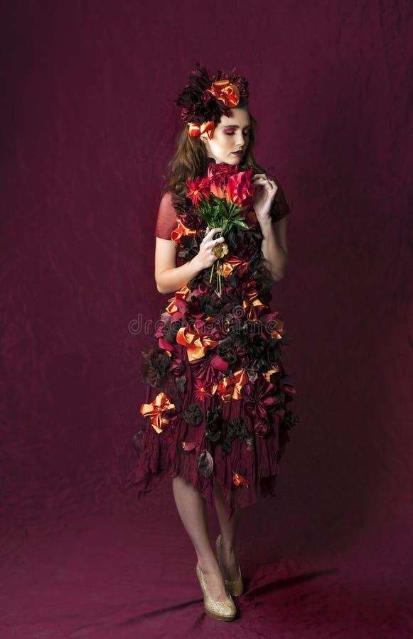 Retrato de la mujer floral de la fantasía del otoño que sostiene un ramo fotos de archivo libres de regalías
