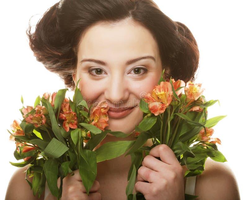 Retrato de la mujer fresca y hermosa con las flores aisladas en el fondo blanco fotografía de archivo