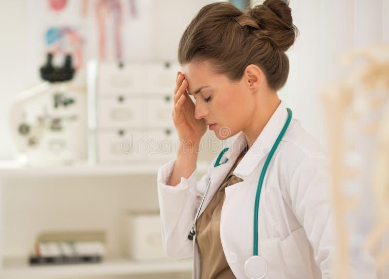 Retrato de la mujer frustrada del médico imagen de archivo libre de regalías