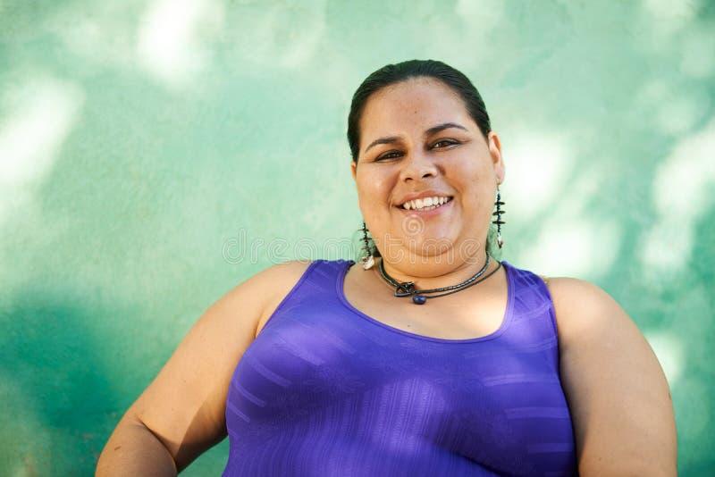 Retrato de la mujer gorda que mira la cámara y la sonrisa imagenes de archivo