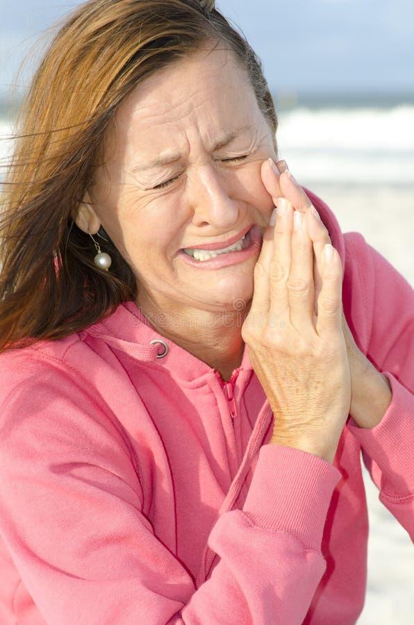 Retrato de la mujer gritadora triste al aire libre imagenes de archivo