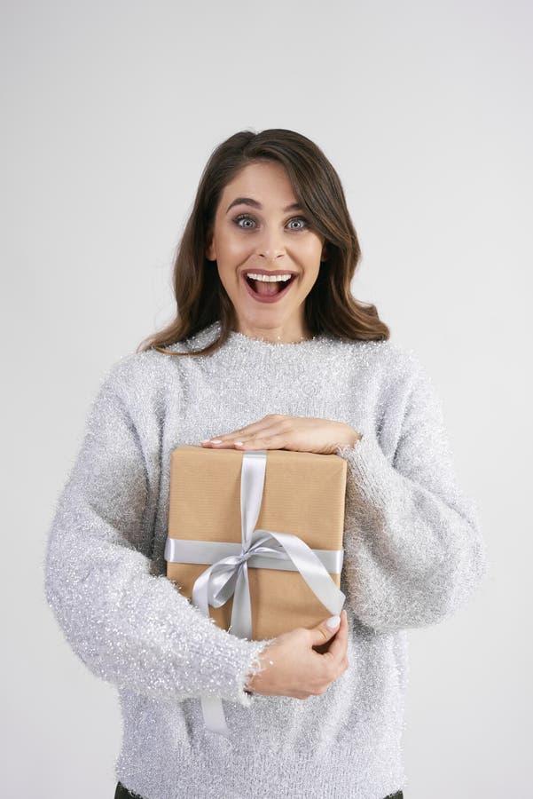 Retrato de la mujer de griterío con el regalo imagen de archivo