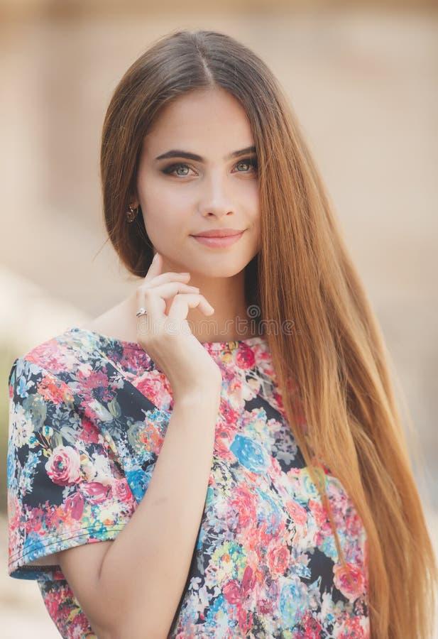 Retrato de la mujer hermosa al aire libre en verano imagen de archivo