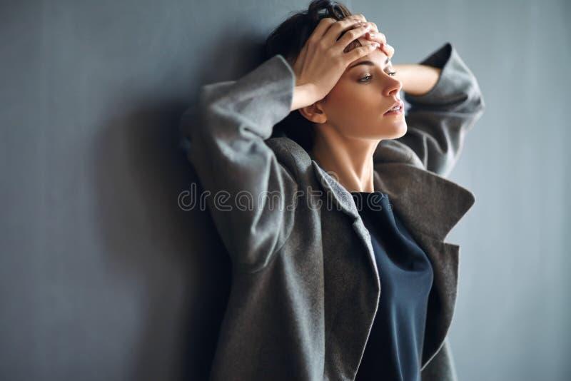 Retrato de la mujer hermosa cansada en fondo oscuro fotografía de archivo