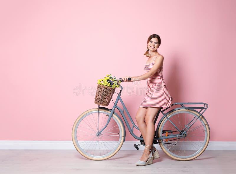 Retrato de la mujer hermosa con la bicicleta fotos de archivo libres de regalías