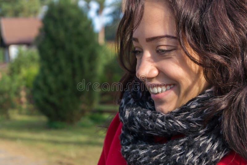 Retrato de la mujer hermosa con el pelo oscuro que lleva el rojo elegante c fotos de archivo libres de regalías