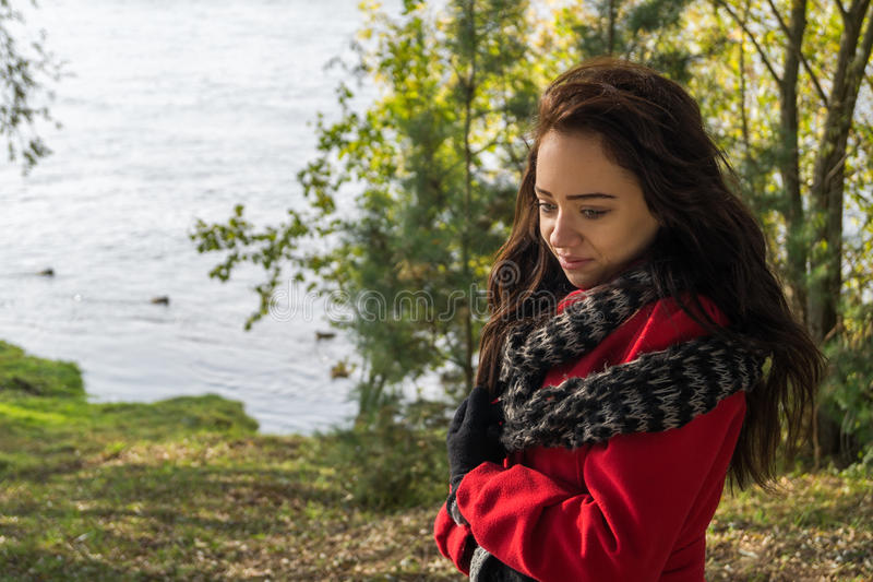Retrato de la mujer hermosa con el pelo oscuro que lleva el rojo elegante c imagenes de archivo