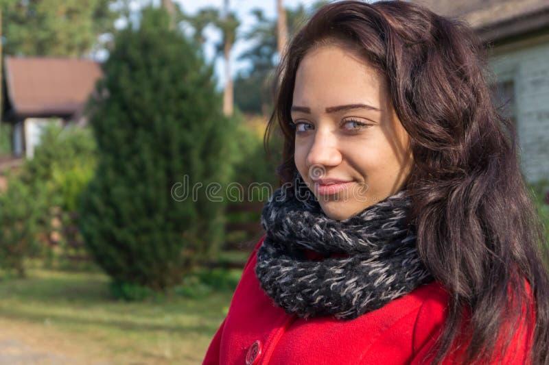 Retrato de la mujer hermosa con el pelo oscuro que lleva el rojo elegante c fotografía de archivo libre de regalías