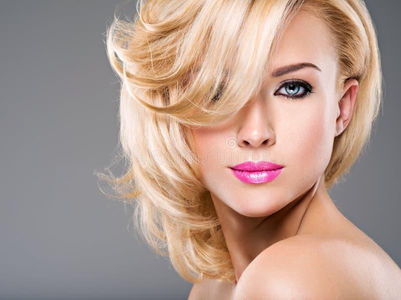 Retrato de la mujer hermosa con el pelo rubio moda brillante mA imagen de archivo libre de regalías