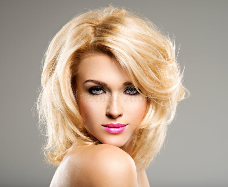 Retrato de la mujer hermosa con el pelo rubio moda brillante mA fotos de archivo libres de regalías