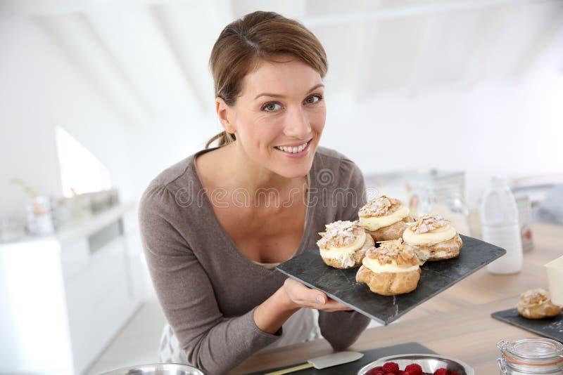 Retrato de la mujer hermosa con los pasteles imagen de archivo libre de regalías