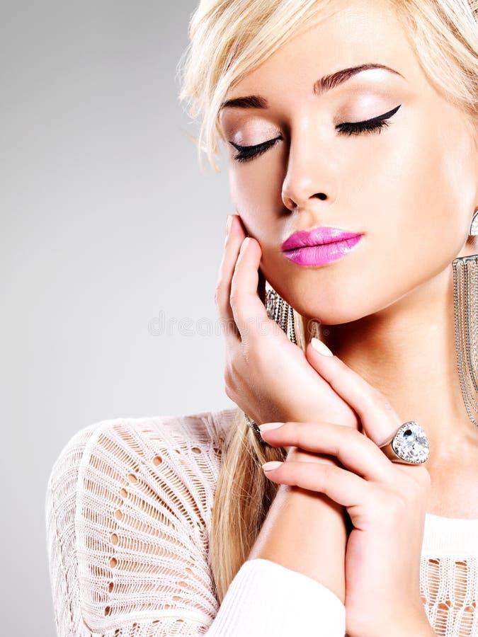Mujer hermosa con maquillaje de la moda y pelos blancos imágenes de archivo libres de regalías