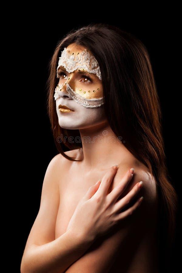 Retrato de la mujer hermosa con maquillaje de la moda en un backg negro imagen de archivo libre de regalías