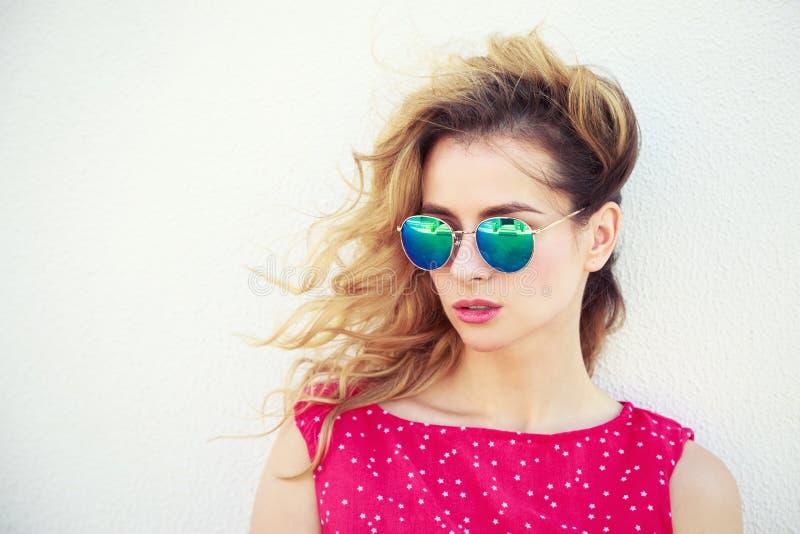 Retrato de la mujer hermosa de la moda en gafas de sol fotografía de archivo