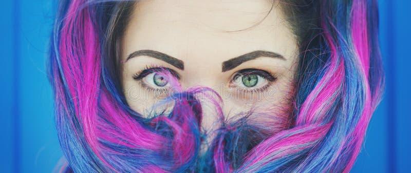 Retrato de la mujer hermosa del inconformista de la moda con el pelo colorido foto de archivo