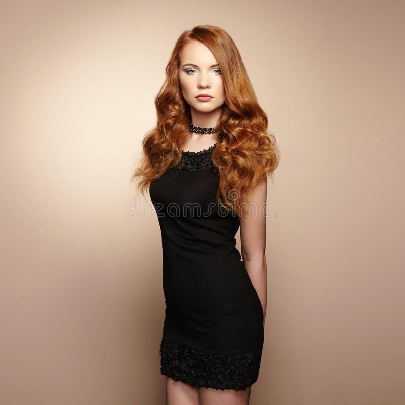 Retrato de la mujer hermosa del pelirrojo en vestido negro foto de archivo libre de regalías