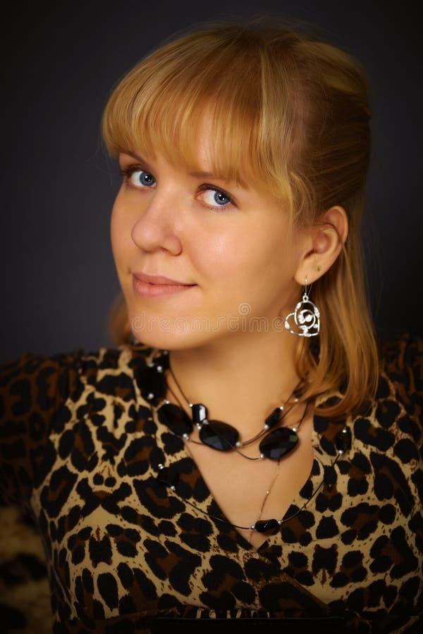 Retrato de la mujer hermosa en alineada del leopardo imagen de archivo