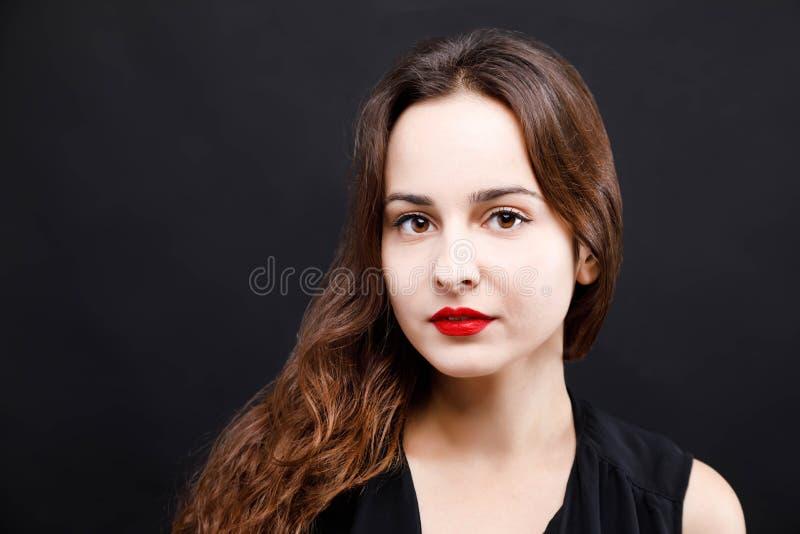 Retrato de la mujer hermosa en alineada negra imagenes de archivo