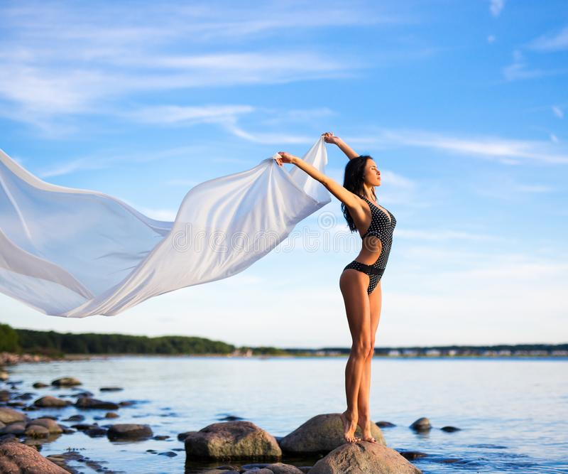 Retrato de la mujer hermosa en bikini con la bufanda blanca en el  foto de archivo