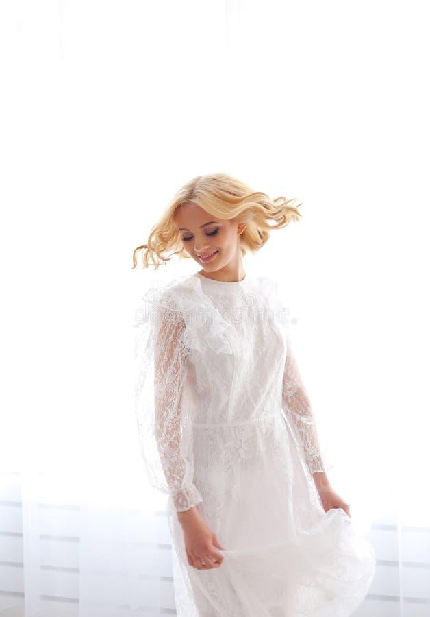 Retrato de la mujer hermosa en el vestido blanco fotos de archivo