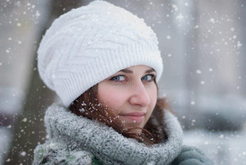 Retrato de la mujer hermosa en invierno. fotos de archivo
