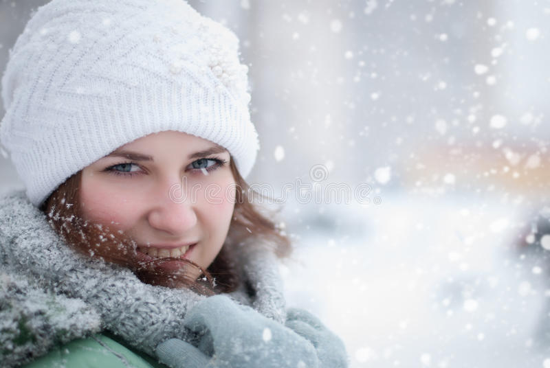 Retrato de la mujer hermosa en invierno. imagenes de archivo