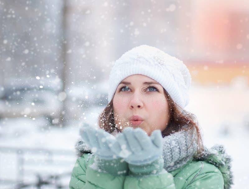Retrato de la mujer hermosa en invierno. fotos de archivo libres de regalías