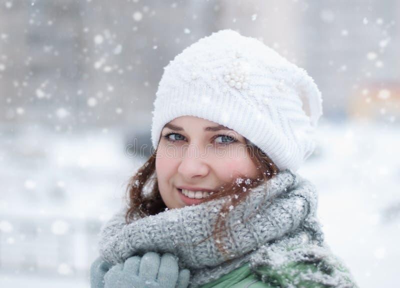 Retrato de la mujer hermosa en invierno. imagen de archivo