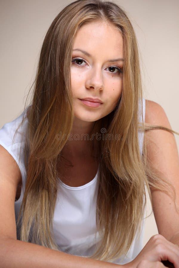 Retrato de la mujer hermosa en la tapa blanca imagenes de archivo