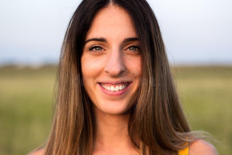 Retrato de la mujer hermosa en prado fotografía de archivo libre de regalías