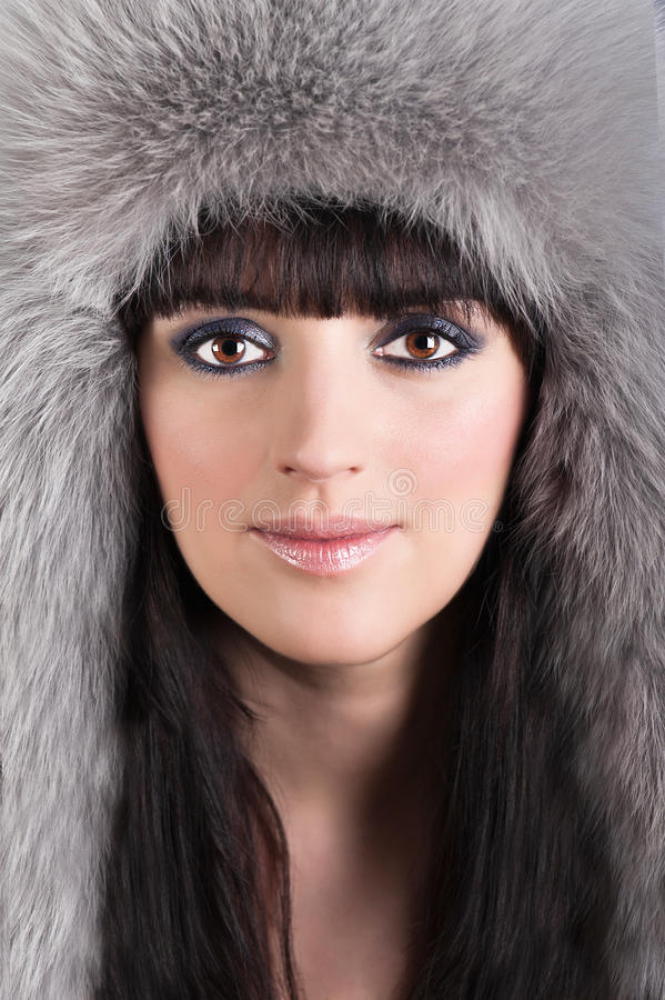 Retrato de la mujer hermosa en sombrero peludo del invierno imagen de archivo
