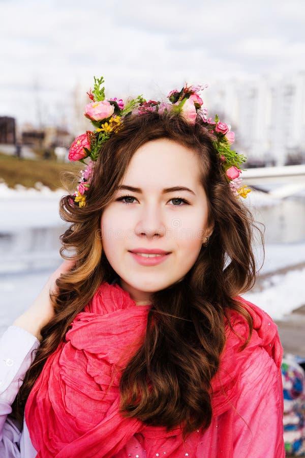 Retrato de la mujer hermosa joven al aire libre fotografía de archivo